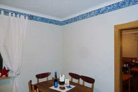 Wand in Stupftechnik mit Zierstreifen