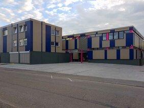 Firmengebäude in Offenau mit neugestalteter Fassade in Unternehmensfarben
