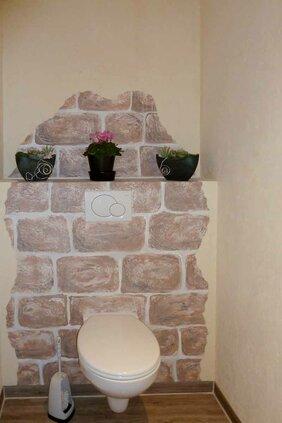 geamlte Steinimitation auf Wand